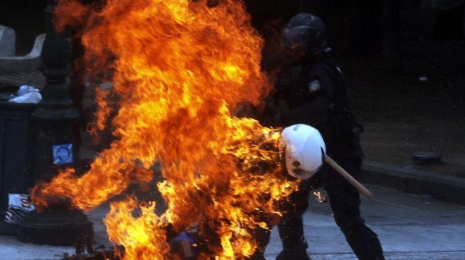 ΑΘΗΝΑ-24ωρη απεργία  έχουν κηρύξει η ΓΣΕΕ και η ΑΔΕΔΥ, αντιδρώντας στην ακολουθούμενη κυβερνητική πολιτική σε εφαρμογή του Μνημονίου// ΕΠΕΙΣΟΔΙΑ ΣΤΟ ΚΕΝΤΡΟ ΤΗΣ ΠΟΛΗΣ- Κάηκαν 2 μηχανές της Ομάδας ΔΕΛΤΑ .(EUROKINISSI-ΓΙΑΝΝΗΣ ΠΑΝΑΓΟΠΟΥΛΟΣ)