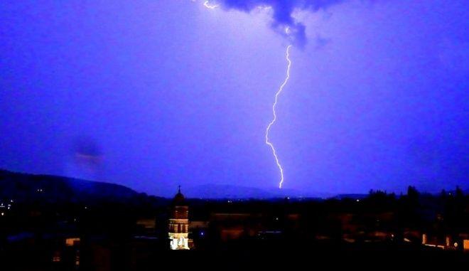 Κεραυνός σε νυχτερινή καταιγίδα