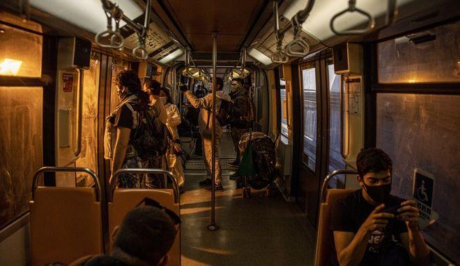 Κόσμος με μάσκα σε μετρό στη Χιλή