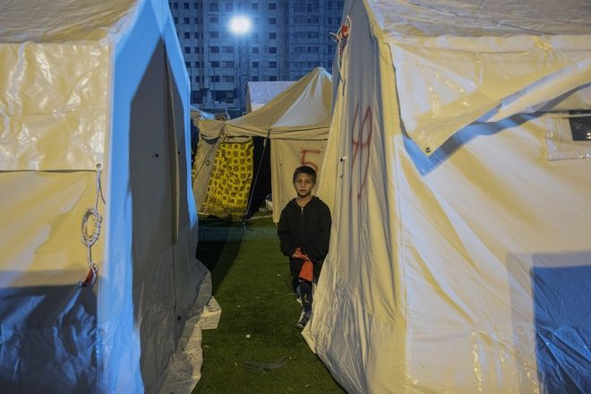 Ένα παιδί στο χώρο φιλοξενίας τρων ανθρώπων που έμειναν άστεγοι μετά το σεισμό στην Αλβανία