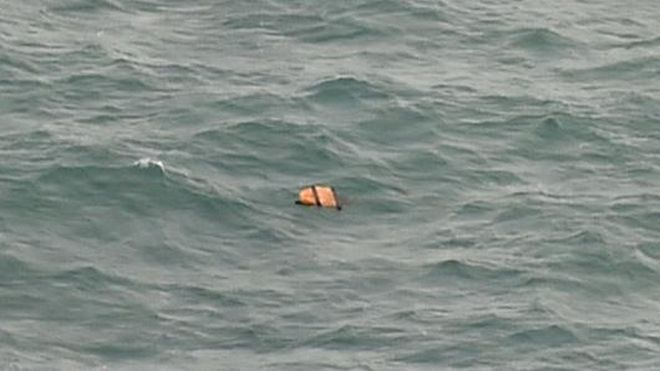 AirAsia: Πτώματα, συντρίμμια και μια σκιά με σχήμα αεροσκάφους στη θάλασσα της Ιάβας