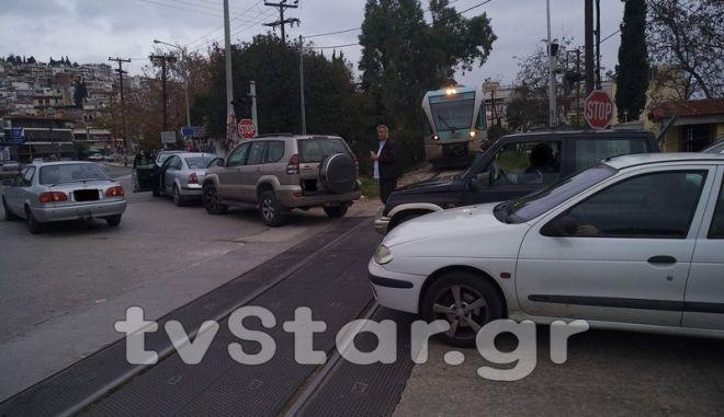 Λαμία: Πάρκαρε το αυτοκίνητο στις γραμμές του τρένου