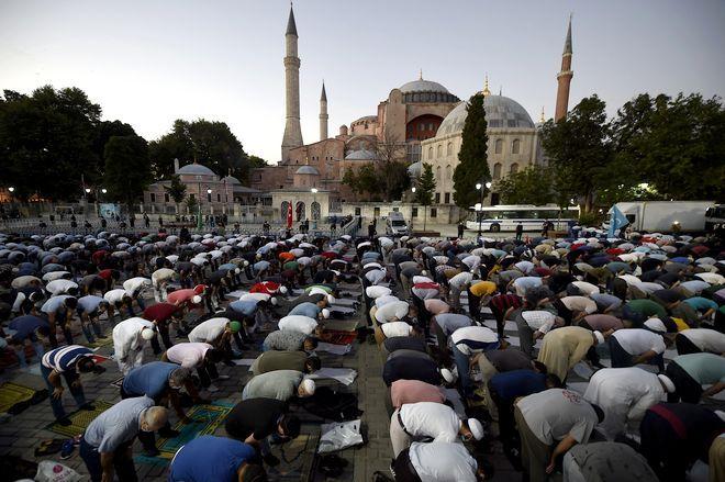 H Aγία Σοφία με μουσουλμάνους πιστούς στον εξωτερικό χώρο