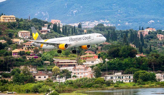 Αεροπλάνο της Thomas Cook στην Κέρκυρα