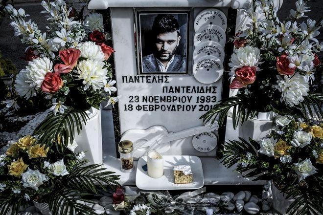 Φίλοι, συγγενείς και θαυμαστές στο σημείο της λεωφόρου Βουλιαγμένης, όταν συμπληρώθηκαν δύο χρόνια από τον θάνατό του. (EUROKINISSI/ΛΥΔΙΑ ΣΙΩΡΗ)