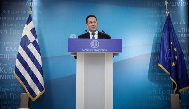 Η ανακοίνωση της σύνθεσης της νέας κυβέρνησης από τον κυβερνητικό εκπρόσωπο τύπου Στέλιο Πέτσα