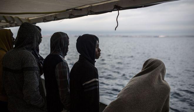 Μετανάστες σε διασωστικό πλοίο πριν αποβιβαστούν σε ισπανικό έδαφος