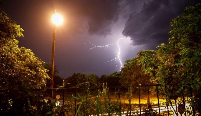 Κεραυνοί στον ουρανό πάνω από την πόλη των Τρικάλων κατα την διάρκεια καταιγίδας το βράδυ της Παρασκευής