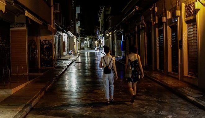 Δύο κορίτσια περπατούν το βράδυ στην Αθήνα