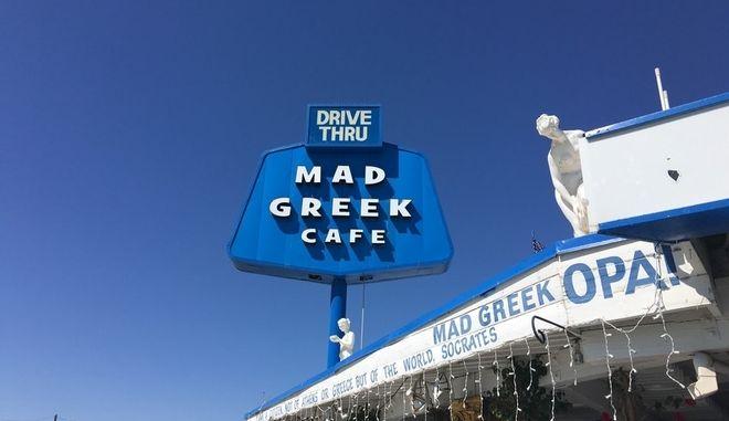 Mad Greek Cafe: Ο ομογενής που βγάζει εκατομμύρια στην έρημο πουλώντας γύρο