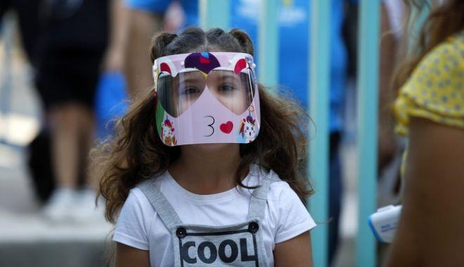 Μικρή μαθήτρια με μάσκα, τις μέρες που τα σχολεία ήταν ακόμα ανοιχτά