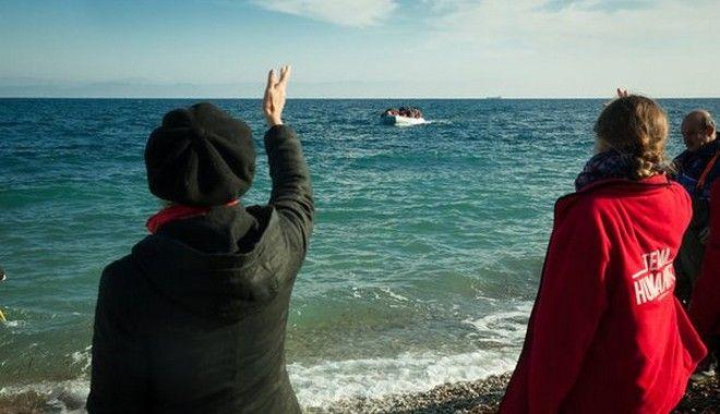 Με σκουφάκια Άη Βασίλη υποδέχτηκαν πρόσφυγες οι ομάδες εθελοντών στη Λέσβο