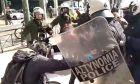 Συγκέντρωση για Κουφοντίνα: Αστυνομικός χτύπησε φωτορεπόρτερ στο κέντρο της Αθήνας