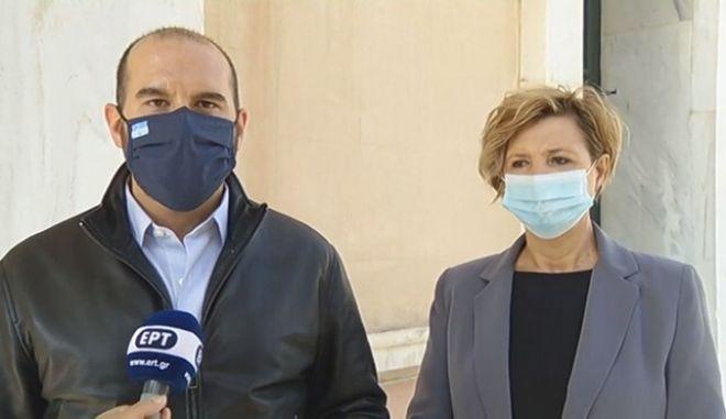 """Ο Δημήτρης Τζανακόπουλος και η Όλγα Γεροβασίλη έξω από το νοσοκομείο """"Σωτηρία"""""""