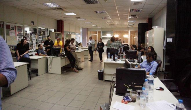 ΑΘΗΝΑ-ραδιομέγαρο της ΕΡΤ στην Αγία Παρσκευή εργαζόμενοι έως τις πρώτες πρωινές ώρες,μετά την απόφαση της κυβέρνησης να κλείσει την ΕΡΤ. (EUROKINISSI/ΤΑΤΙΑΝΑ ΜΠΟΛΑΡΗ)