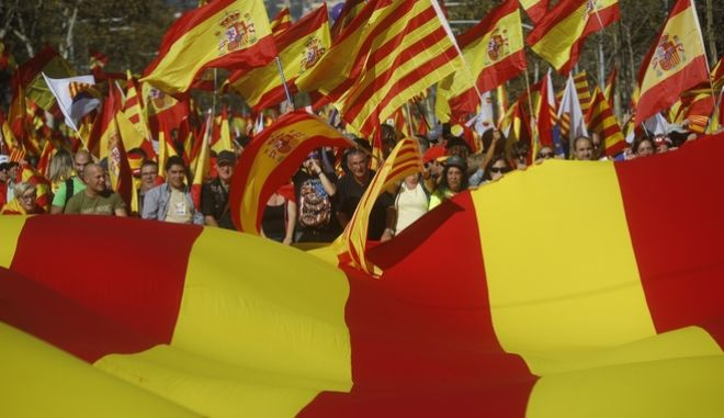 Nationalist activists protest with Spanish and Catalan flags during a mass rally against Catalonia's declaration of independence, inBarcelona, Spain, Sunday, Oct. 29, 2017. Thousands of opponents of independence for Catalonia held the rally on one of the city's main avenues after one of the country's most tumultuous days in decades.(AP Photo/Santi Palacios)