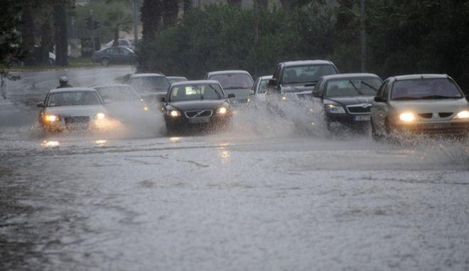 Αυτοκίνητα κινούνται με δυσκολία εξαιτίας της συσσώρευσης νερών από δυνατή βροχή