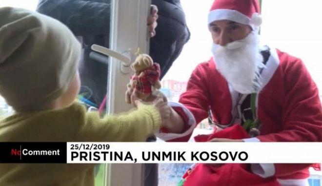 Κόσοβο: Ντύθηκε Άγιος Βασίλης και μοίρασε δώρα σε νοσοκομείο Παίδων