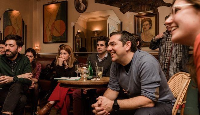 Για ποτό με νεολαίους ο Τσίπρας στο Παρίσι