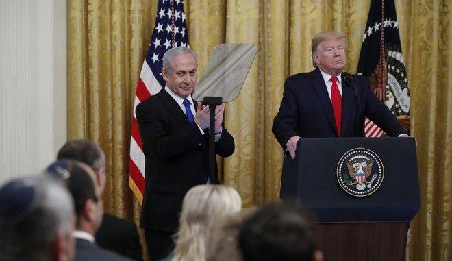 O Μπένιαμιν Νετανιάχου και ο Ντόναλντ Τραμπ στον Λευκό Οίκο κατά την παρουσίαση του ειρηνευτικού σχεδίου του δεύτερου για τη Μέση Ανατολή