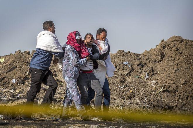 Συγγενής θύματος θρηνεί στο σημείο συντριβής του boeing της Ethiopian Airlines