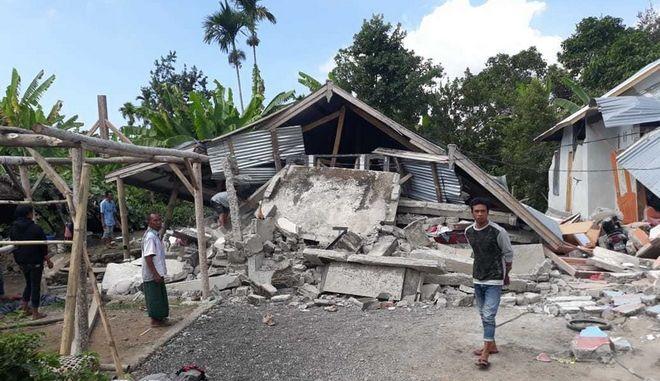 Κατεστραμμένα σπίτια από τον σεισμό 6,4 Ρίχτερ που έπληξε την Ινδονησία