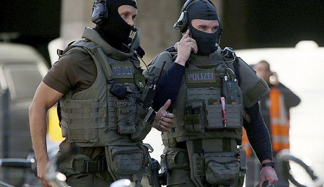 Άνδρες των ειδικών δυνάμεων της γερμανικής αστυνομίας έξω από τον σταθμό της Κολωνίας, όπου βρίσκεται σε εξέλιξη υπόθεση ομηρίας (αρχείου)
