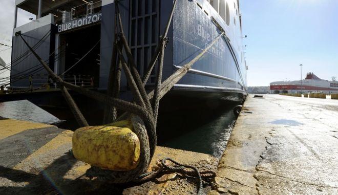 Δεμένα τα πλοία στο λιμάνι του Πειραιά (EUROKINISSI/ΤΑΤΙΑΝΑ ΜΠΟΛΑΡΗ)