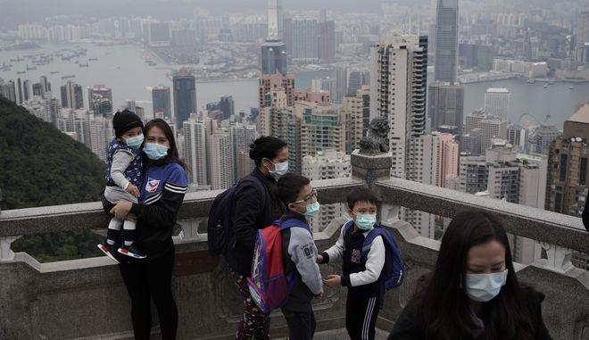 Τουρίστες στο Χονγκ Κονγκ με μάσκες προστασίας από τον κοροναϊό