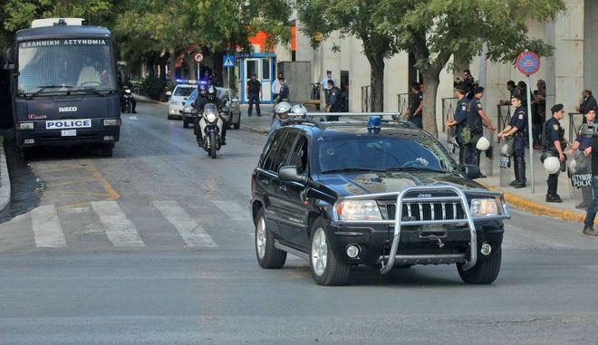 """Μεταγωγή του Νίκου Μιχαλολιάκου, την Πέμπτη 3 Οκτωβρίου 2013, από την ΓΑΔΑ στις φυλακές Κορυδαλλού μαζί με τον βουλευτή του κόμματός του, Γιάννη Λαγό και τον """"πυρηνάρχη"""" της τοπικής οργάνωσης της Νίκαιας, Γιώργο Πατέλη, αλλά και την 39χρονη ανθυπαστυνόμο..(ΕUROKINISSI/ΚΩΣΤΑΣ ΚΑΤΩΜΕΡΗΣ)"""