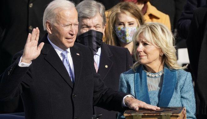 O Tζο Μπάιντεν και η σύζυγός του Τζιλ κατά την ορκωμοσία του για την προεδρία των ΗΠΑ