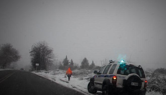 Τζιπ της Ελληνικής Αστυνομίας στην άκρη της εθνικής οδού Καλαμπάκας - Τρικάλων κατά τη διάρκεια χιονόπτωσης