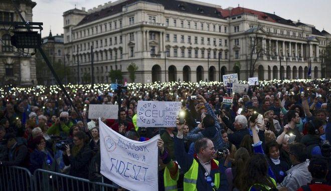 Διαδηλωτές στη Βουδαπέστη κατά του κλεισίματος του πανεπιστημίου του Σόρος