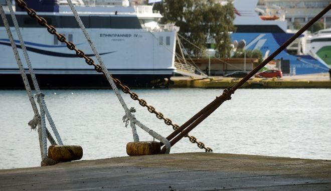 Δεμένα τα πλοία στο λιμάνι του Πειραιά λόγω της 48ωρης πανελλαδικής απεργίας από την Πανελλήνια Ναυτική Ομοσπονδία,για το ασφαλιστικό  Πέμπτη 21 Ιανουαρίου 2016. (EUROKINISSI/ΤΑΤΙΑΝΑ ΜΠΟΛΑΡΗ)