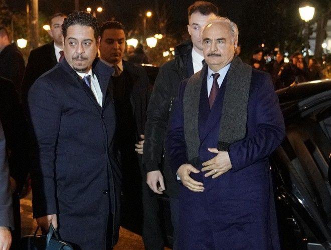 Ο επικεφαλής του Λιβυκού Εθνικού Στρατού (LNA), Χαλίφα Χαφτάρ κατά την άφιξή του για την συνάντηση που είχε με τον υπουργό Εξωτερικών, Νίκο Δένδια, σε κεντρικό ξενοδοχείο της Αθήνας.