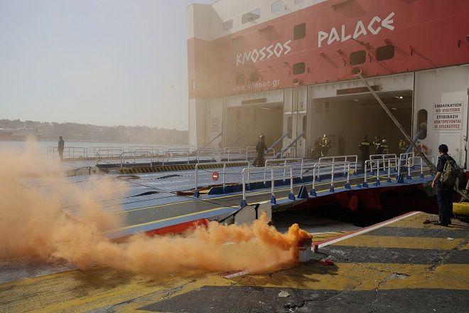 Άσκηση της πυροσβεστικής υπηρεσίας στο λιμάνι του Πειραιά για την αντιμετώπιση πυρκαγιάς