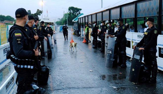 Αστυνομικοί στην Κολομβία με μάσκες