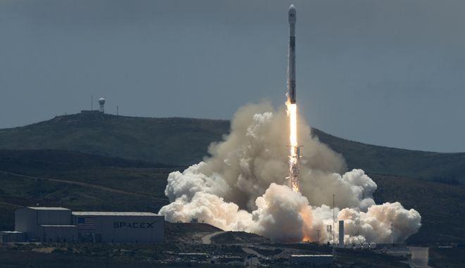 πύραυλος Falcon 9 της αμερικανικής εταιρείας Space X που έθεσε την Τρίτη το βράδυ σε τροχιά δύο αμερικανο-γερμανικούς περιβαλλοντικούς δορυφόρους GRACE