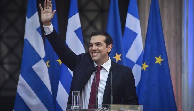 Η είσοδος του Αλ. Τσίπρα στην κοινή, πανηγυρικού χαρακτήρα συνεδρίαση των κοινοβουλευτικών ομάδων του ΣΥΡΙΖΑ και των ΑΝΕΛ