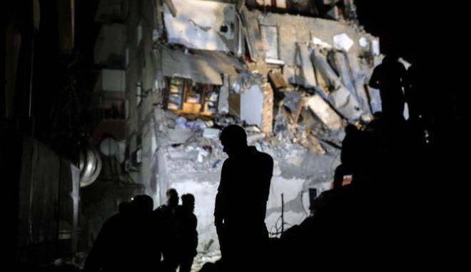 Σεισμός στην Αλβανία: Διασώστες προσπαθούν να εντοπίσουν τους εγκλωβισμένους στα ερείπια
