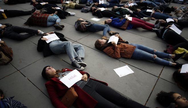 Διαμαρτυρία γυναικών για τις γυναικοκτονίες στη Γαλλία.