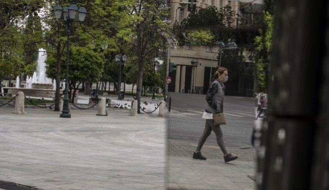 Γυναίκα με μάσκα προχωρά στο Σύνταγμα (AP Photo/Petros Giannakouris)
