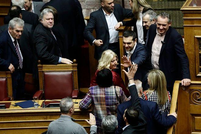 Ο πρωθυπουργός Αλέξης Τσίπρας (Κ), δέχεται τα συγχαρητήρια μετά την ανακοίνωση του αποτελέσματος της ψηφοφορίας στη συζήτηση στην Ολομέλεια της Βουλής για παροχή ψήφου εμπιστοσύνης προς την κυβέρνηση.
