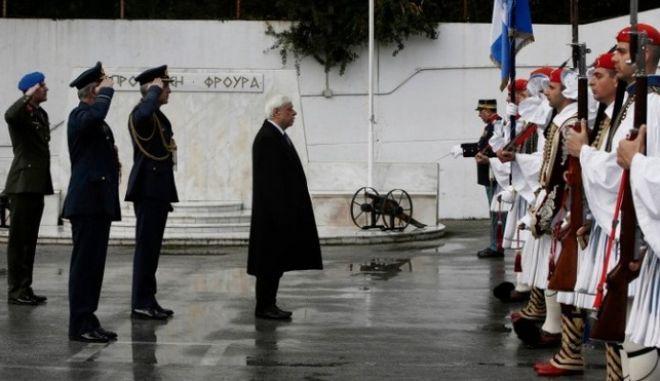 Ο Προκόπης Παυλόπουλος στο τρισάγιο στη μνήμη του εύζωνα Θωμά Σπυρίδωνος