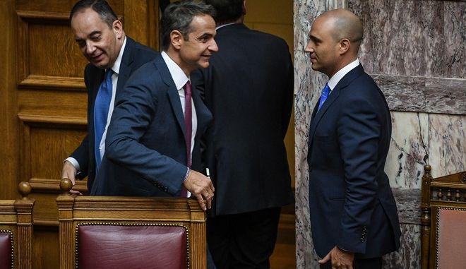 Ο Κυριάκος Μητσοτάκης με τον Κωνσταντίνο Μπογδάνο στην Βουλή.