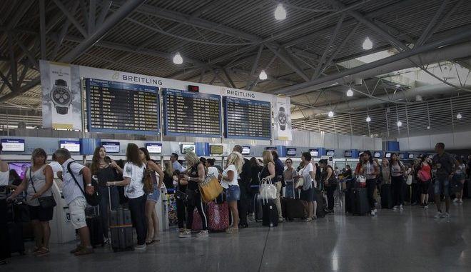 Στα 45 εκατ. έφθασαν οι αεροπορικοί ταξιδιώτες στο οκτάμηνο