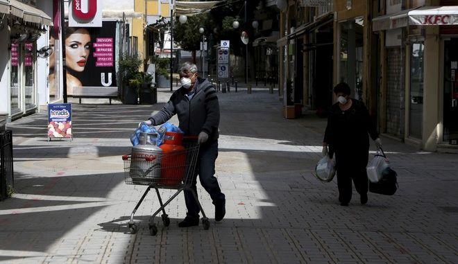 Κύπριοι πολίτες με μάσκες