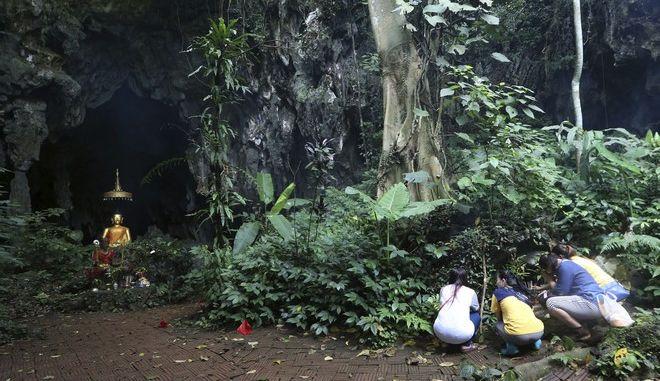 Προσευχές για την αίσια έκβαση της επιχείρησης διάσωσης των παιδιών και του προπονητή τους στην Ταϊλάνδη