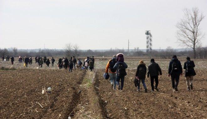 Πρόσφυγες διασχίζουν χωράφια προσπαθώντας να προσεγγίζουν τα σύνορα με την Ελλάδα