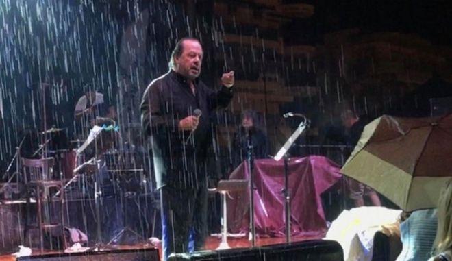 """Ένταση με Γιάννη Πάριο και δήμαρχο Νεάπολης σε συναυλία - """"Δεν είναι σεισμός, βροχή είναι!"""""""